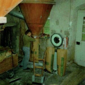 März 1993: Bruno Grunder beim Sacken des Mehls.