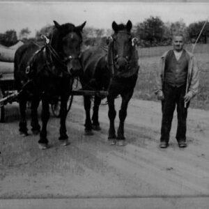 Um 1940: Hans Grunder (1898 - 1976) unterwegs mit Ross und Wagen.