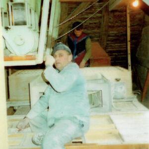 April 1994: Werner Grunder und Bruno Grunder putzen den Sichter.